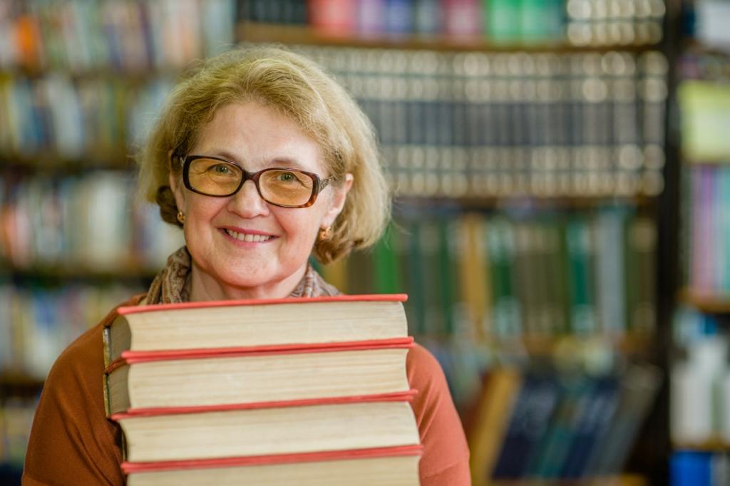 Lächelnde ältere Frau mit Büchern in der Bibliothek.