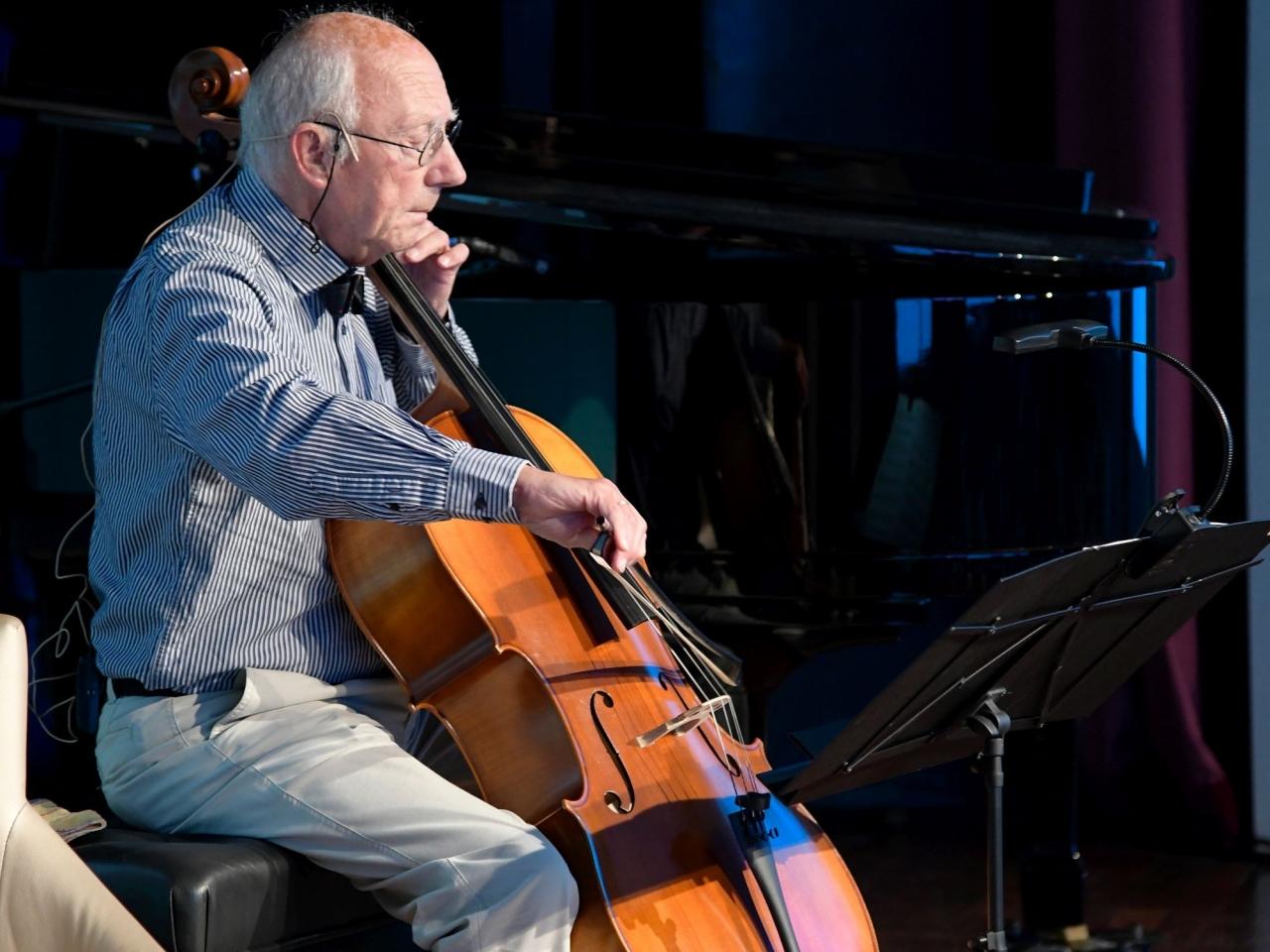 Ein älterer Herr mit einem Musikinstrument
