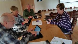 Teilnehmer in der Sprechstunde für die Nutzung von Smartphones und Tablets.