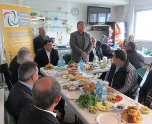 Hier sind die Kursteilnehmer im Türkischen Elternvereins in Ratingen während der Auftaktveranstaltung mit Herrn Sami Celik zusammen, dem Leiter des Vereins.