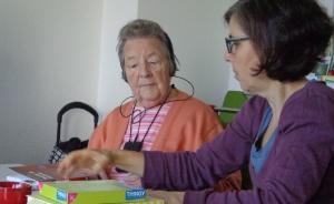 Eine Mitarbeiterin im Projekt arbeitet mit einer hörgeschädigten Teilnehmerin des Kurses.