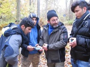 """Im Projekt """"Digital im Grünen"""" entwickeln Naturfreunde gemeinsam das Projekt aus. Hier wird eine App im Thüringer Wald ausprobiert."""
