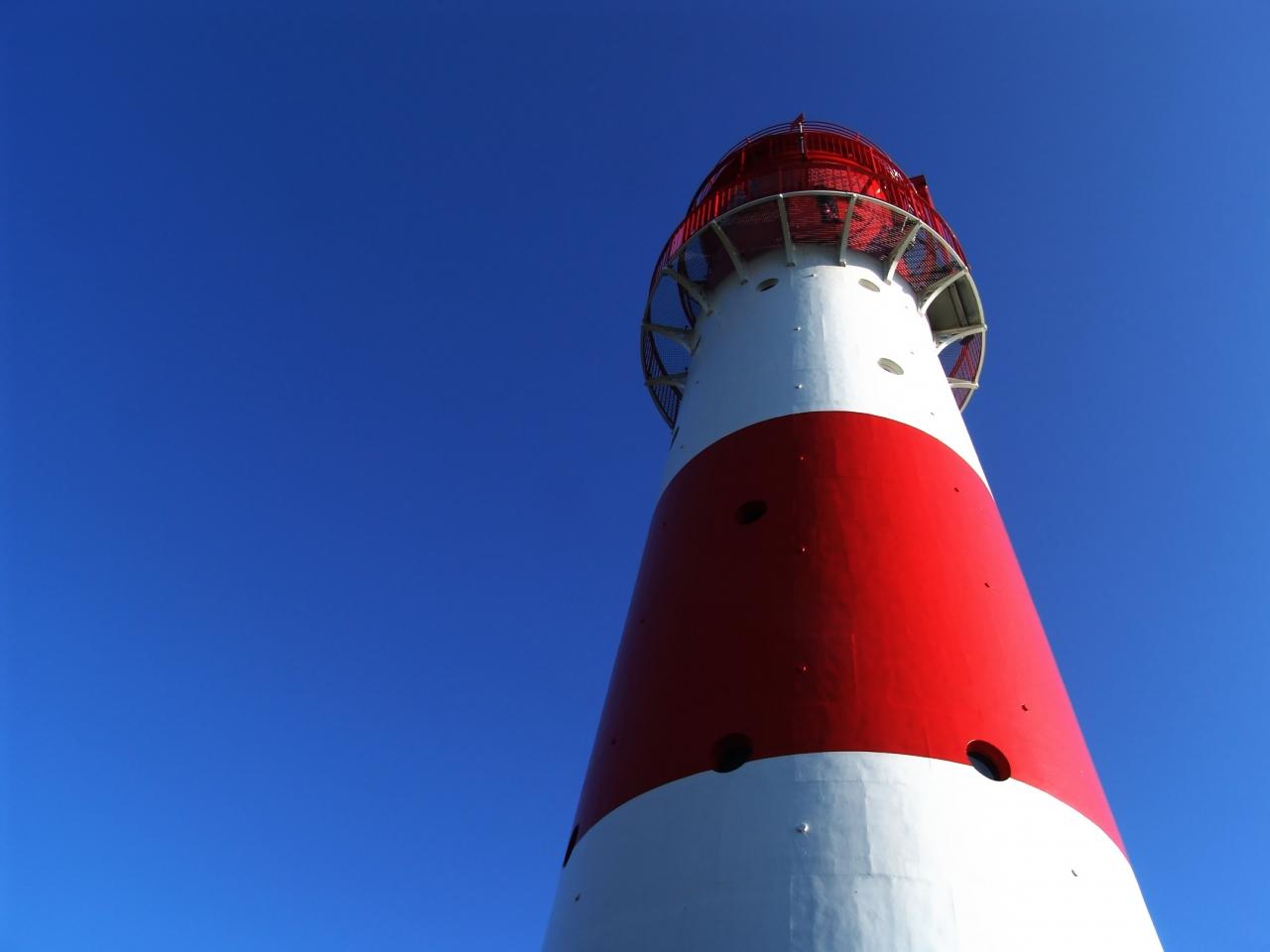 Leuchtturm vor einem blauen Himmel