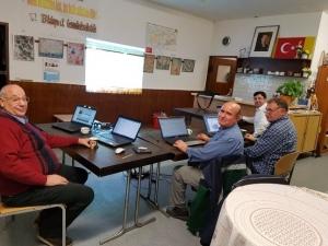 Hier sind die Kursteilnehmer des neuen Kurses zum Lernen der neuen Technik im Türkischen Elternvereins in Ratingen mit ihren Laptops zu sehen.