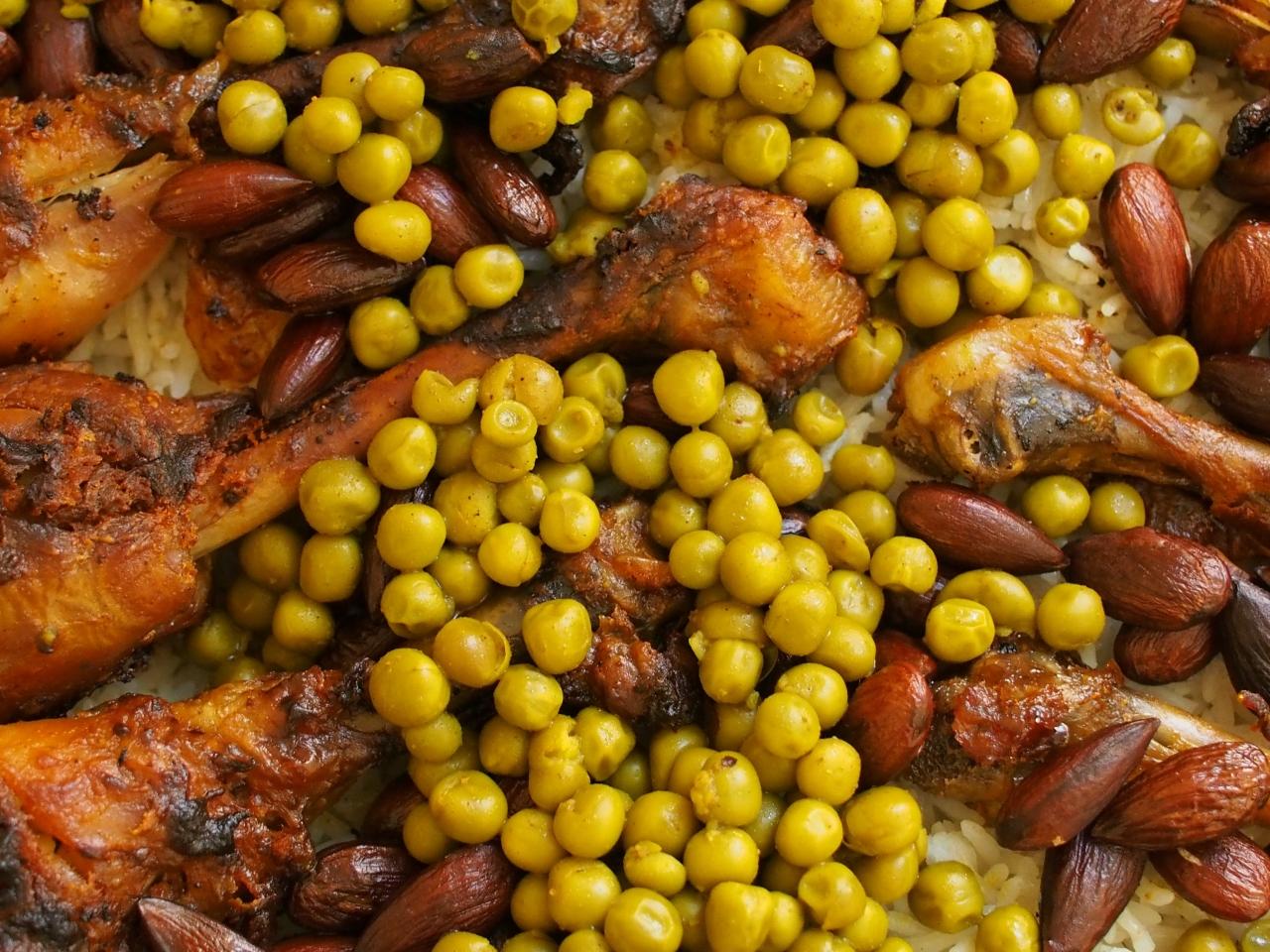 Marokkanische Hähnchenkeulen mit Erbsen und Mandeln