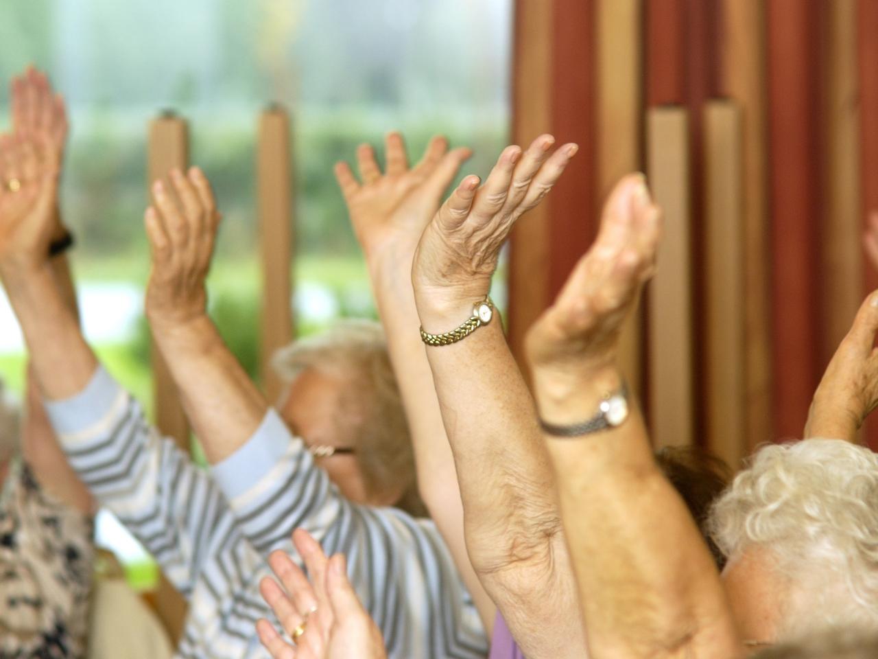 Das Bild zeigt eine Gruppe älterer Menschen die sich in bewegen.