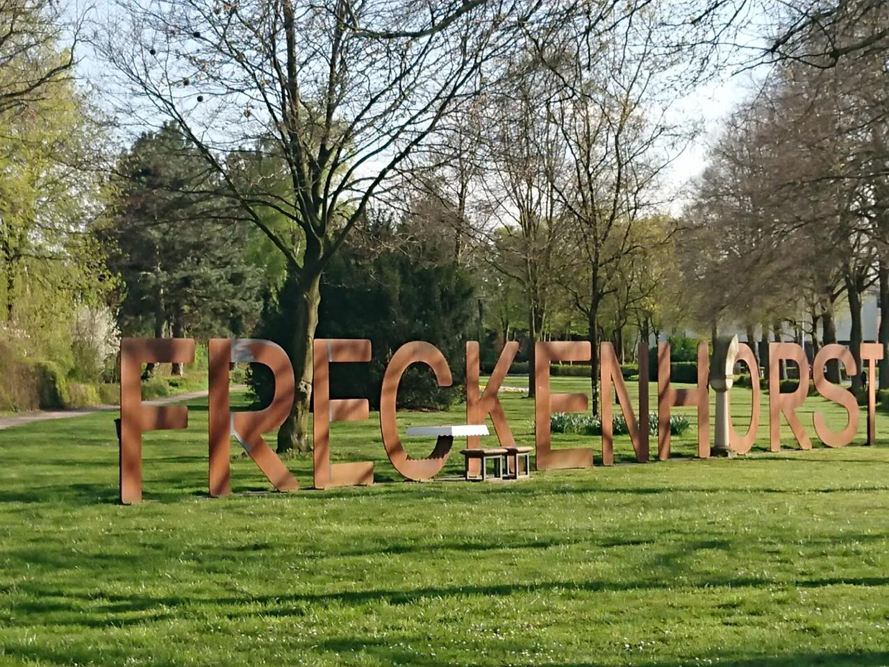 """Schriftzug """"Freckenhorst"""" in Großbuchstaben auf einer Wiese"""