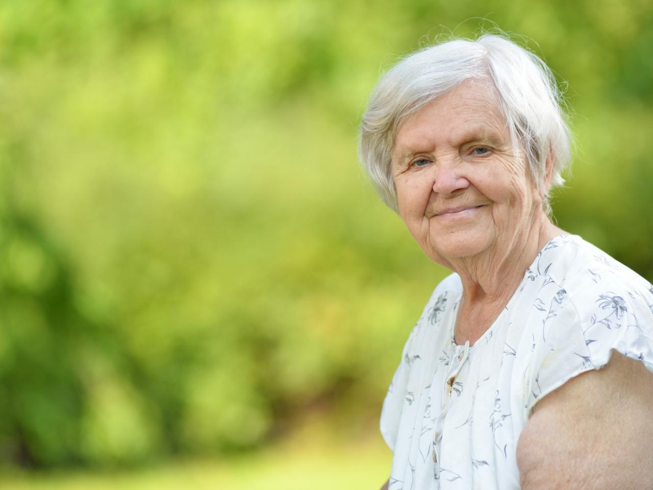 Ältere Frau im Grünen