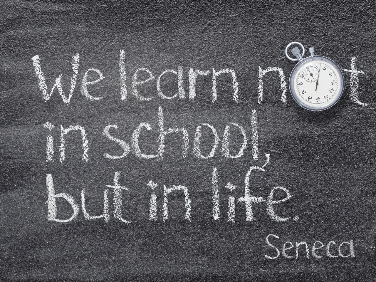 Hier sieht man eine Schultafel mit dem Zitat von Seneca