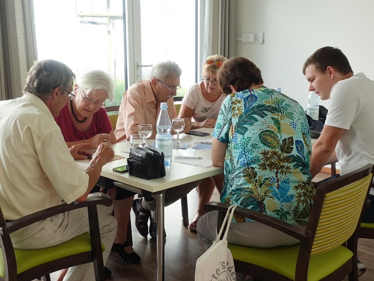 Ein Beispiel eines Leuchturm-Projektes: In einem sogenannten Smartphone Café in Gießen werden ältere Menschen darin unterstützt ihre Smartphones im alltag zu nutzen.