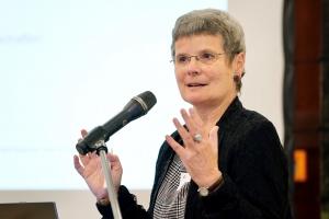 Prof. Dr. Apfelbaum mit dem Mikrofon