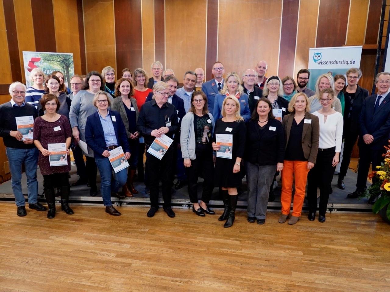 Gruppenfoto mit den Leuchtturmprojekten und BAGSO-Mitarbeiterinnen und Vorsitzendem Franz Müntefering