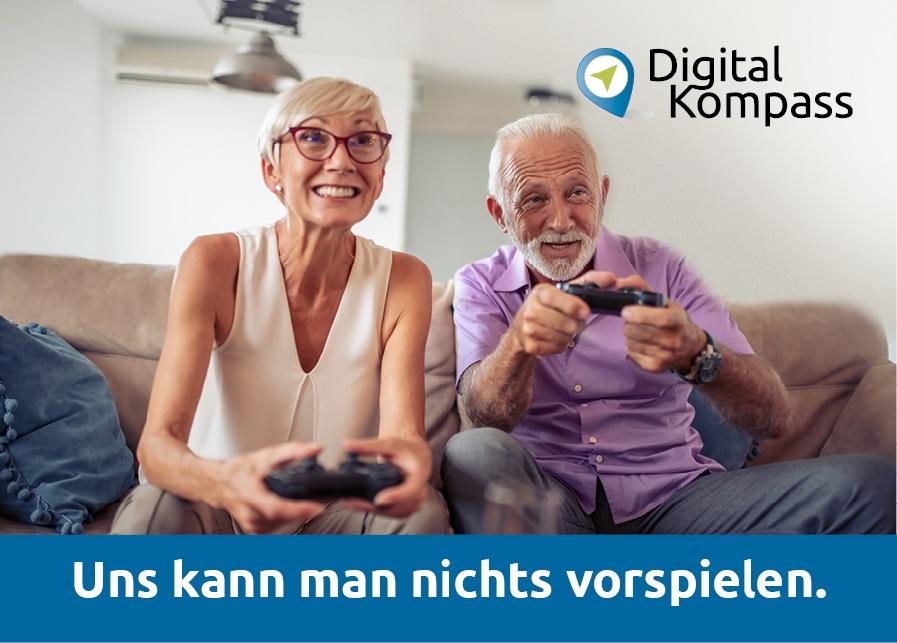 """Eine ältere Frau und ein älterer Mann sitzen mit Controllern vergnügt auf dem Sofa. Oben rechts ist das Logo des Digital-Kompass zu sehen und unten ein Schriftzug: """"Uns kann man nichts vorspielen."""""""