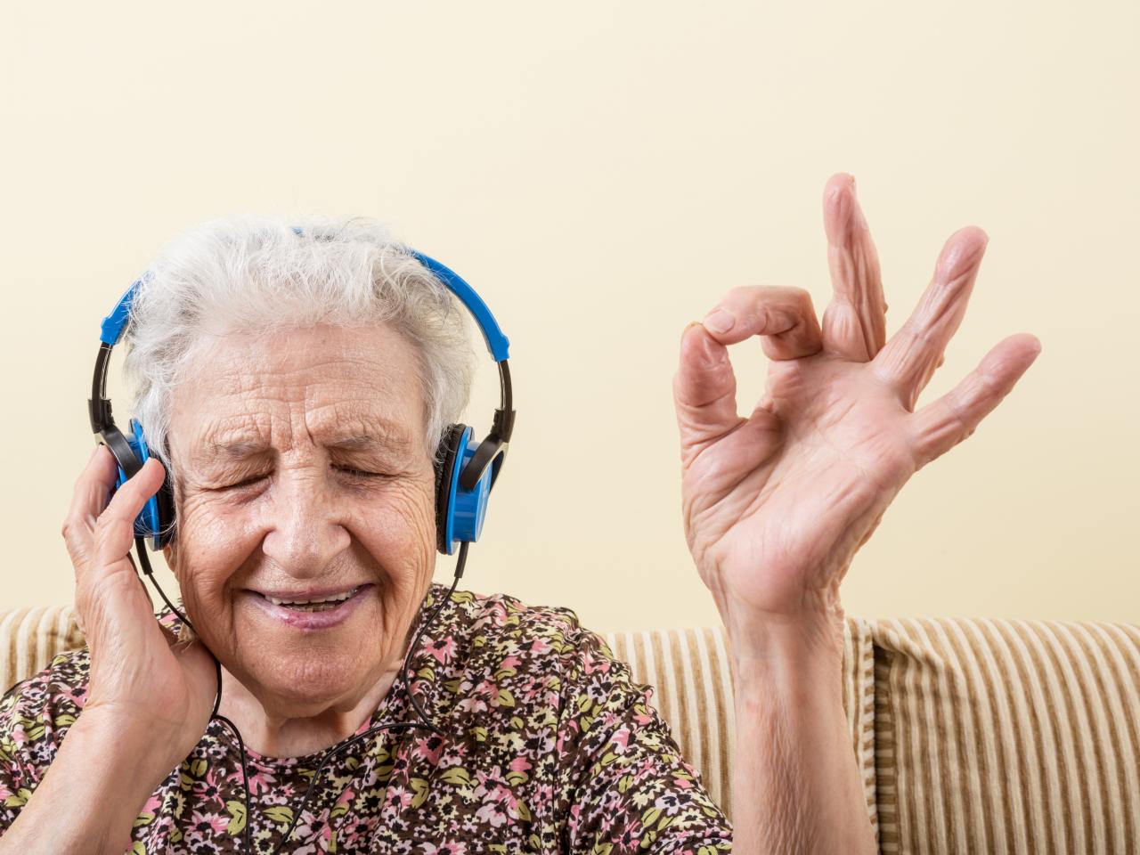 Ältere Frau mit Kopfhörern beim Musikhören