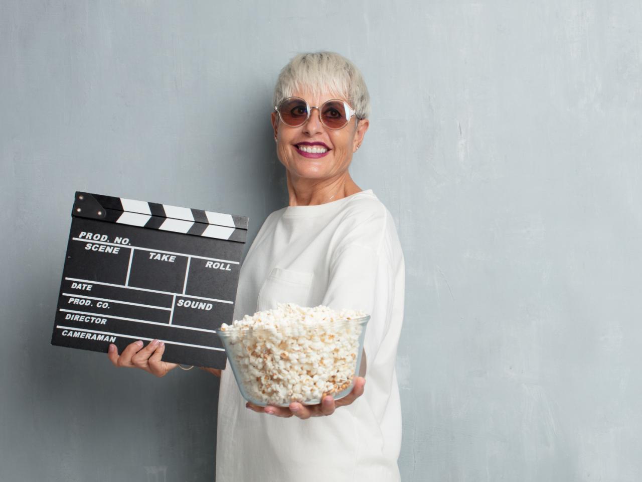 Frau mit Popcorn, bereit fürs Kino