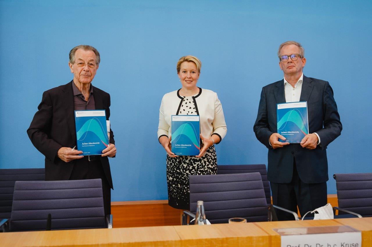 Franz Müntefering, Franziska Giffey und Andreas Kruse mit dem Achten Altersbericht in der Hand