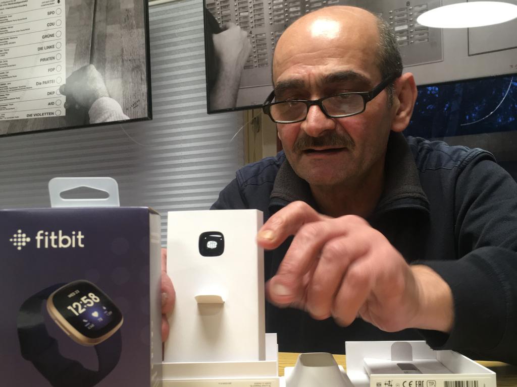 Mann packt Smartwatch aus