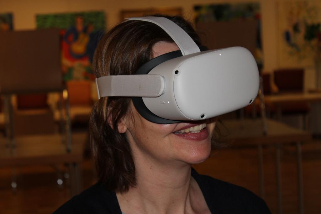 Portrait einer Frau mit VR-Brille