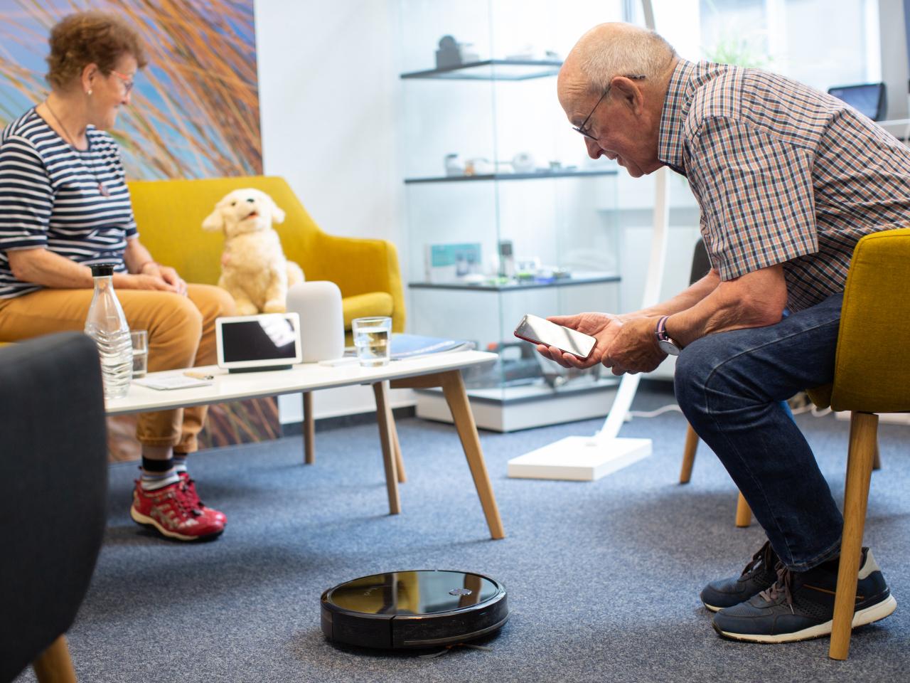 Smarte Wohnstube des Seniorenbüros Jena mit veerschiedenen Geräten